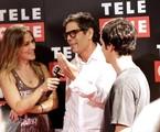A jornalista Isabella Saes, da rede Telecine, entrevista Dado Villa Lobos (com seu filho Nicolau) na pré-estreia do filme ''Somos tão jovens'   Paulo de Barros
