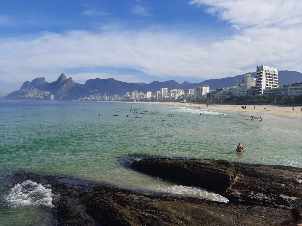 Surfistas e banhistas no mar na manhã desta quinta (11) — Foto: Daniel Silveira / G1