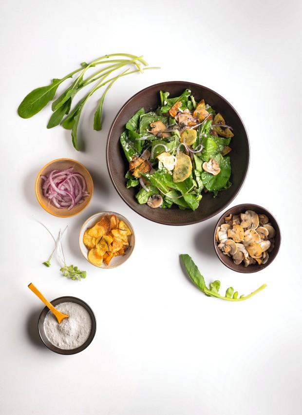 Salada de rúcula, batata assada, cebola roxa, cogumelo e semente de girassol. Bowls do Atelier Muriqui Cerâmica (Foto: Iara Venanzi / Editora Globo)