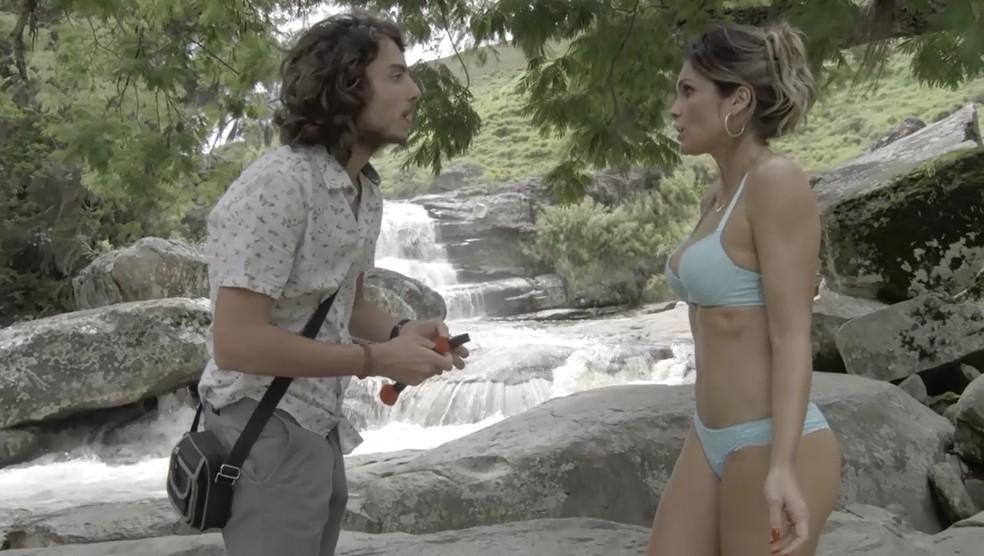 Rita de Cássia (Flávia Alessandra) faz teste para o docudrama de Leonardo (Jaffar Bambirra) em 'O Sétimo Guardião' — Foto: TV Globo