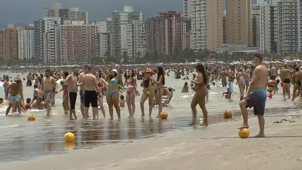 Praias ficaram cheias no primeiro dia do ano em Praia Grande, SP — Foto: Reprodução/ TV Tribuna
