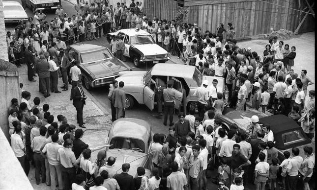 Curiosos cercam a cena após o sequestro do embaixador Bucher, em 1970