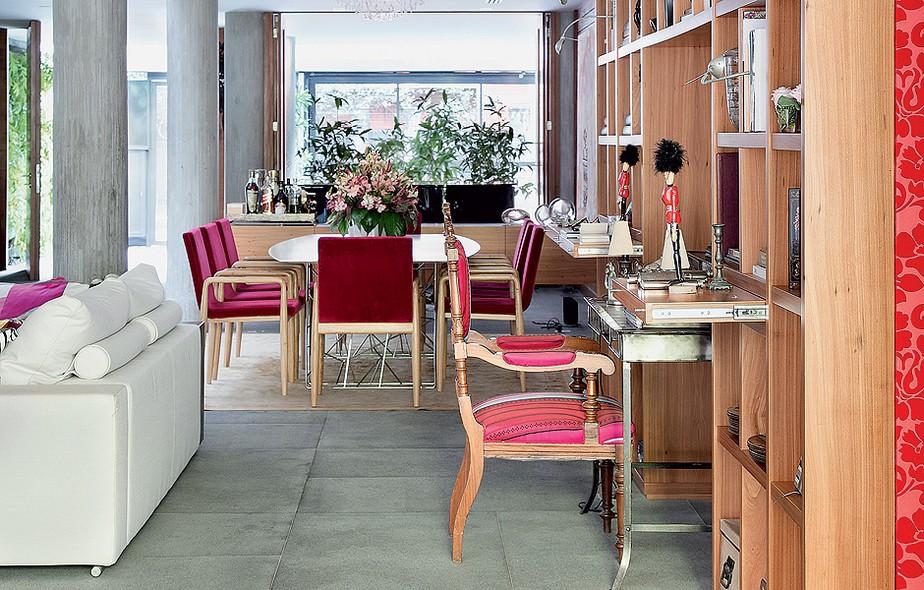 Acoplada à estante com nichos, a área de trabalho tem cadeira de família forrada com tecido da Designers Guild. Projeto de Silvia Cavalcanti e Flavia Torres