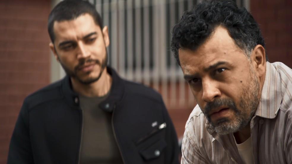 Camilo (Lee Taylor) desconfia que Argemiro sabe de algum segredo de Chiclete (Sergio Guizé), em 'A Dona do Pedaço' — Foto: Globo