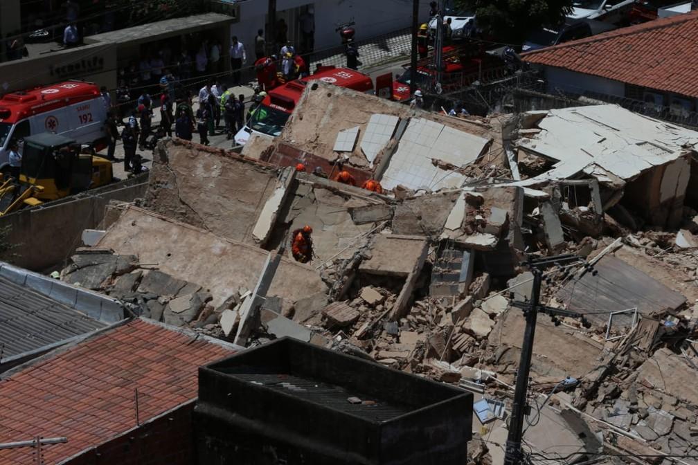 Bombeiros buscam desaparecidos em meio aos escombros do prédio desabado em Fortaleza — Foto: Natinho Rodrigues/G1