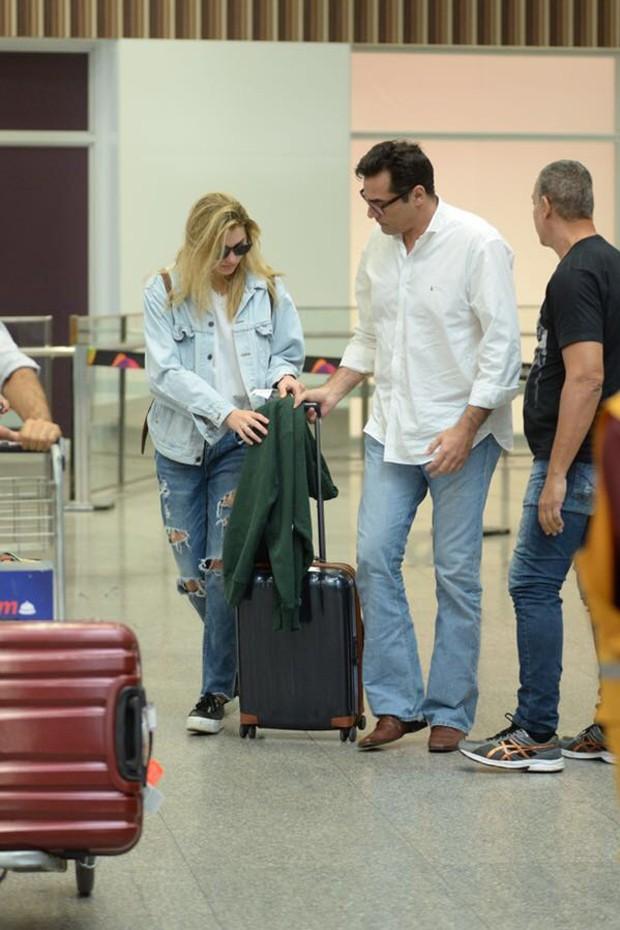 Luciano Szafir busca a filha, Sasha, no Aeroporto Internacional Tom Jobim, o galeão, no Rio (Foto:  Vinicius Marinho /Brazil News)