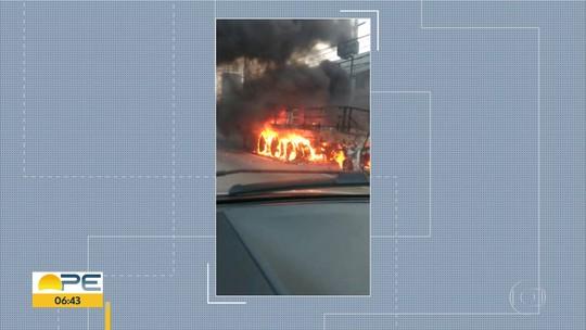 Carro bate em carroceria de caminhão e pega fogo na Avenida Recife
