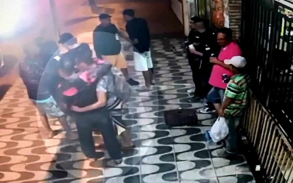 Vídeo mostra PM abraçado a homem morto, horas depois, no DF (Foto: Polícia Civil do DF/Divulgação)