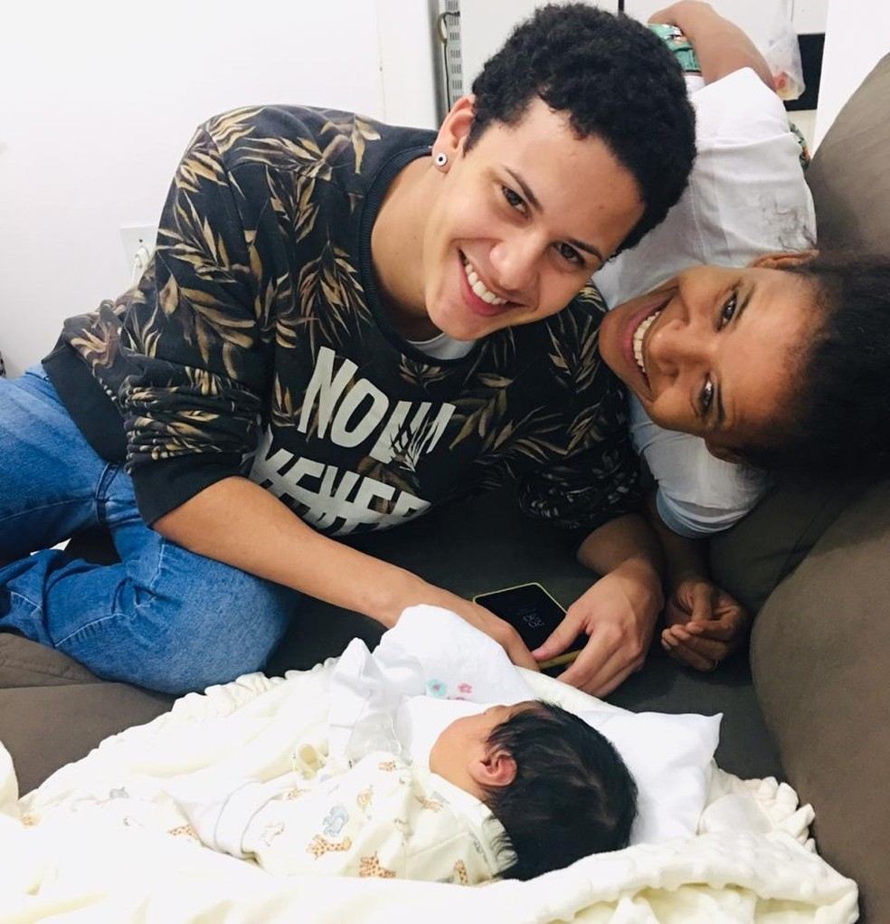 Artur Henrique, irmão de Nívea e doador do sêmen para a inseminação, durante visita à família — Foto: Arquivo pessoal