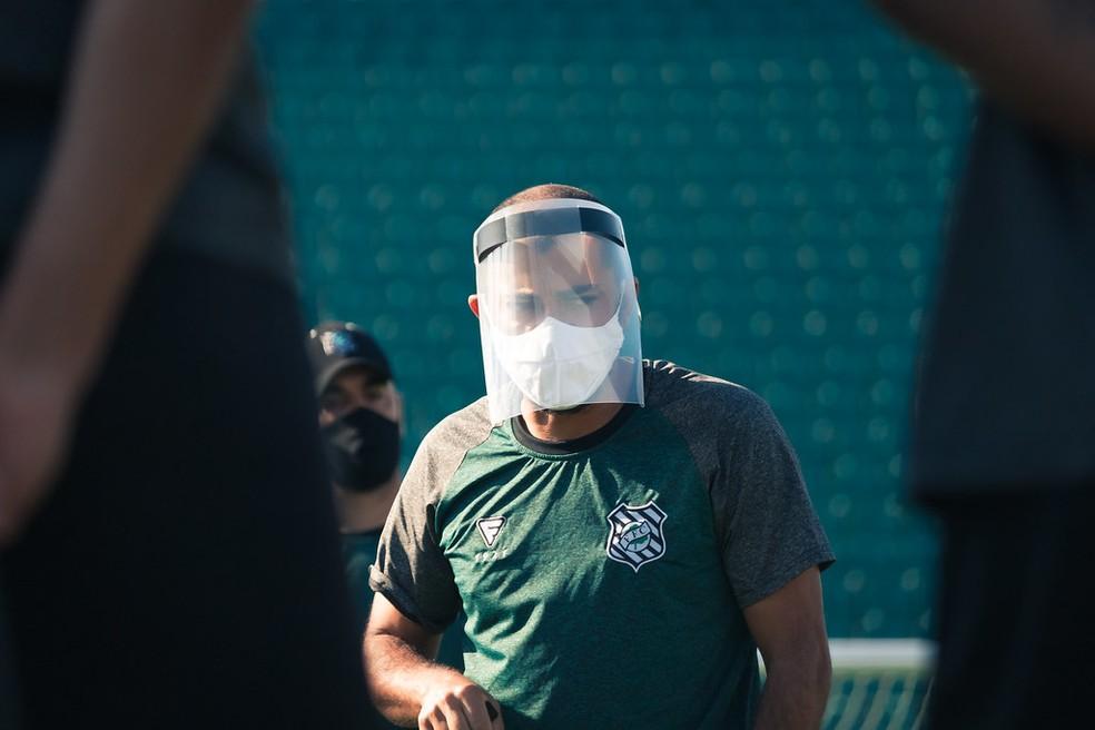Márcio Coelho comandou as atividades com proteção nesta segunda-feira — Foto: Patrick Floriani/FFC