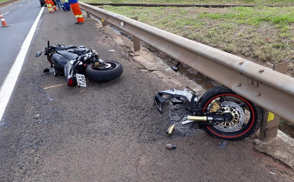 Choque foi tão violento que roda dianteira se desprendeu da moto — Foto: The Brothers/Divulgação