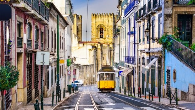 De 2015 para 2017, o valor investido por brasileiros em imóveis em Portugal praticamente dobrou, chegando a US$ 1,07 bilhão (Foto: Getty Images via BBC)