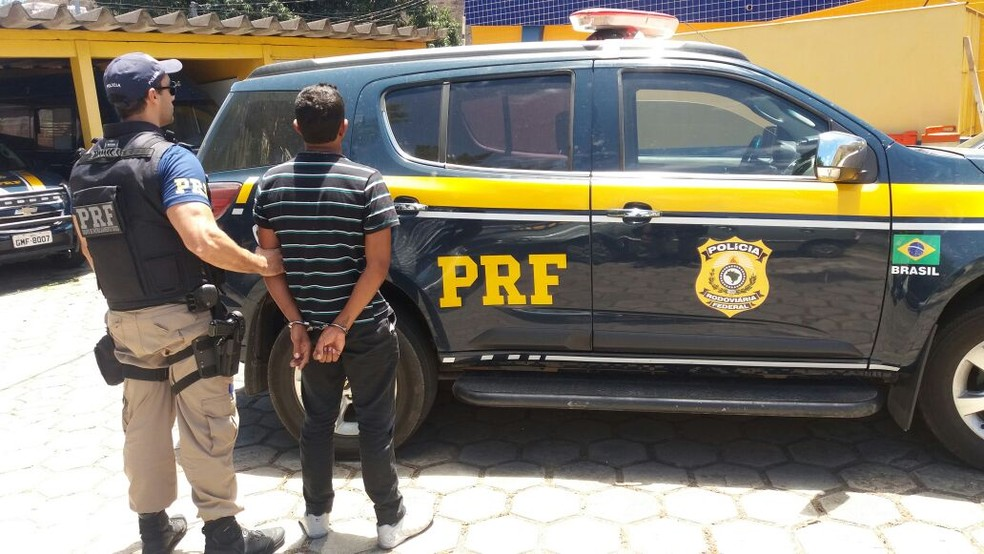 Jovem já possui passagens por tráfico de drogas, roubo e tentativa de homicídio (Foto: PRF/Divulgação)