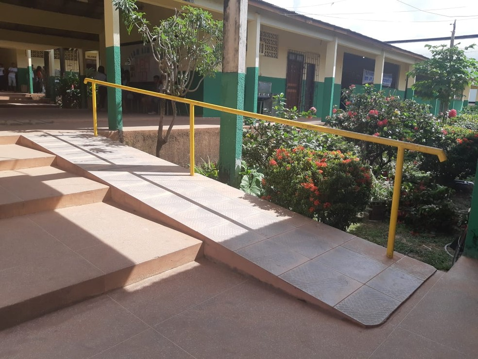 Rampas foram instaladas na escola com o intuito de possibilitar a inclusão de alunos com dificuldade de locomoção — Foto: Tracy Costa/G1