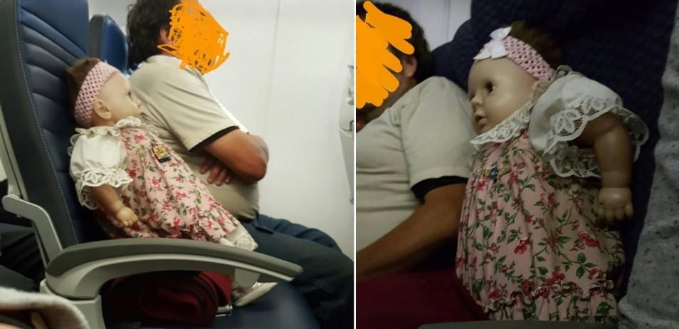 Os dois voos com a boneca sentada pacientemente