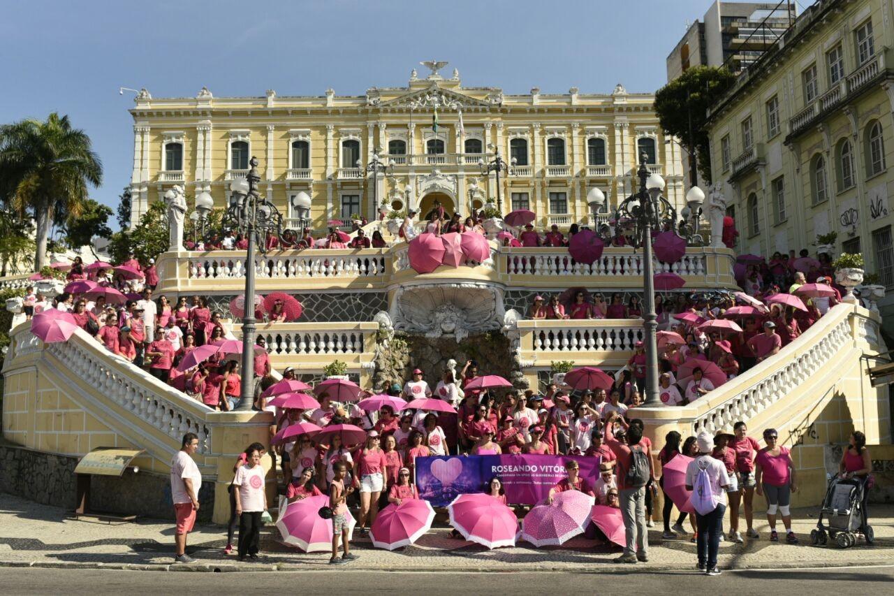 Caminhada pela prevenção do câncer de mama colore Palácio Anchieta de rosa