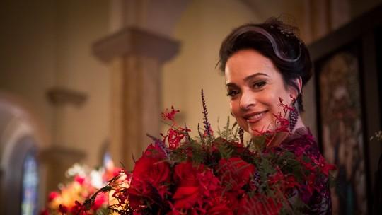 Julieta tira o luto, entra de vermelho na igreja e web 'fica bege'; confira fotos exclusivas