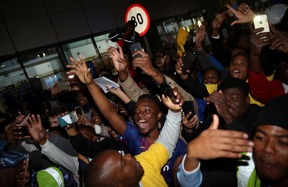 Fãs sul-africanos foram ao delírio com a presença do Barcelona no país (Foto: Reuters)