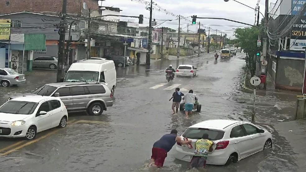 Na Rua José Rufino, no Recife, veículos têm dificuldade para passar por causa de alagamentos — Foto: Reprodução/TV Globo