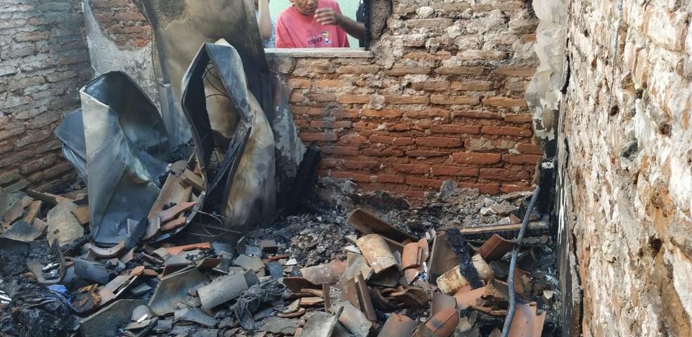 Quarto pegou fogo durante a noite em Juazeiro do Norte — Foto: Valéria Alves/SVM