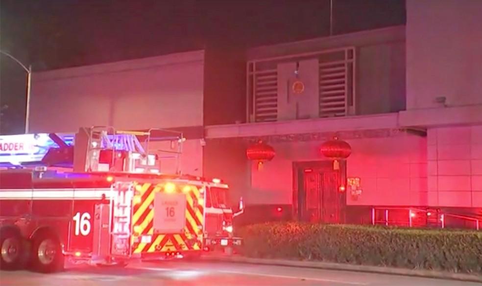 Carro de bombeiros é visto do lado de fora do consulado chinês em Houston, nos EUA, na terça-feira (21) — Foto: KTRK via AP