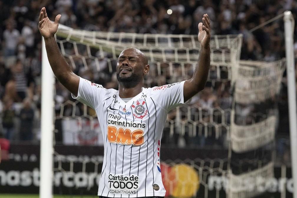 Vagner Love se lamenta durante a eliminação do Corinthians diante do Guarani, na Libertadores — Foto: Daniel Augusto Jr/Ag. Corinthians