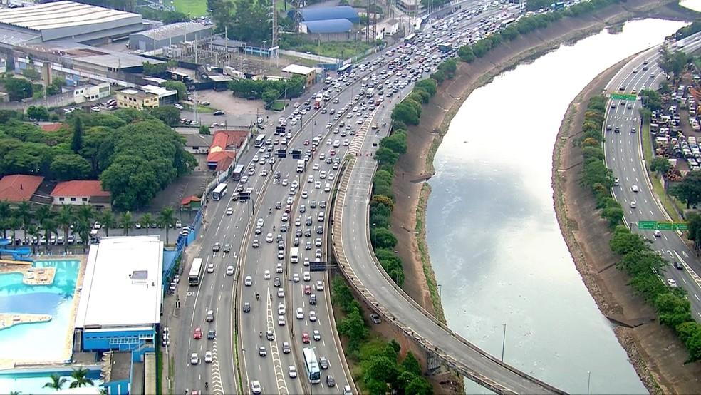 Ponte que liga Marginal Tietê à Via Dutra está interditada — Foto: TV Globo/Reprodução