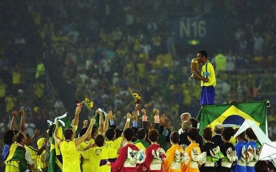 Cafu levanta a taça da Copa de 2002. Aquela seleção foi a que mais se aproximou do ideal: jogar bonito e vencer (Foto: Getty Images)