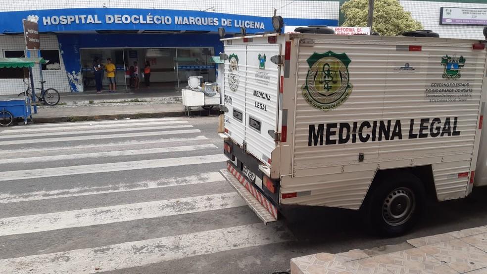 Corpo de assaltante que morreu em confronto pelos policiais foi recolhido pelo Itep — Foto: Sérgio Henrique Santos/Inter TV Cabugi