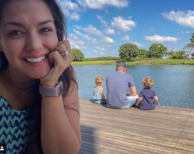 Thais Fersoza se derrete por Teló com filhos na beira de lago: melhor pai do mundo