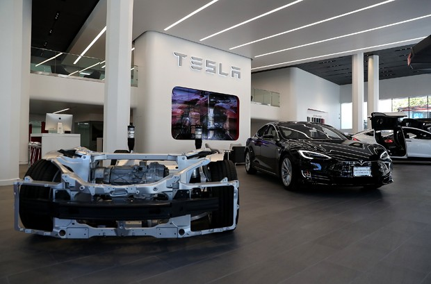 SAN FRANCISCO, CA - AUGUST 10:  A Tesla Model S is displayed inside of the new Tesla flagship facility on August 10, 2016 in San Francisco, California. Tesla is opening a 65,000 square foot store, its largest retail center to date. The facility will offer (Foto: Getty Images)