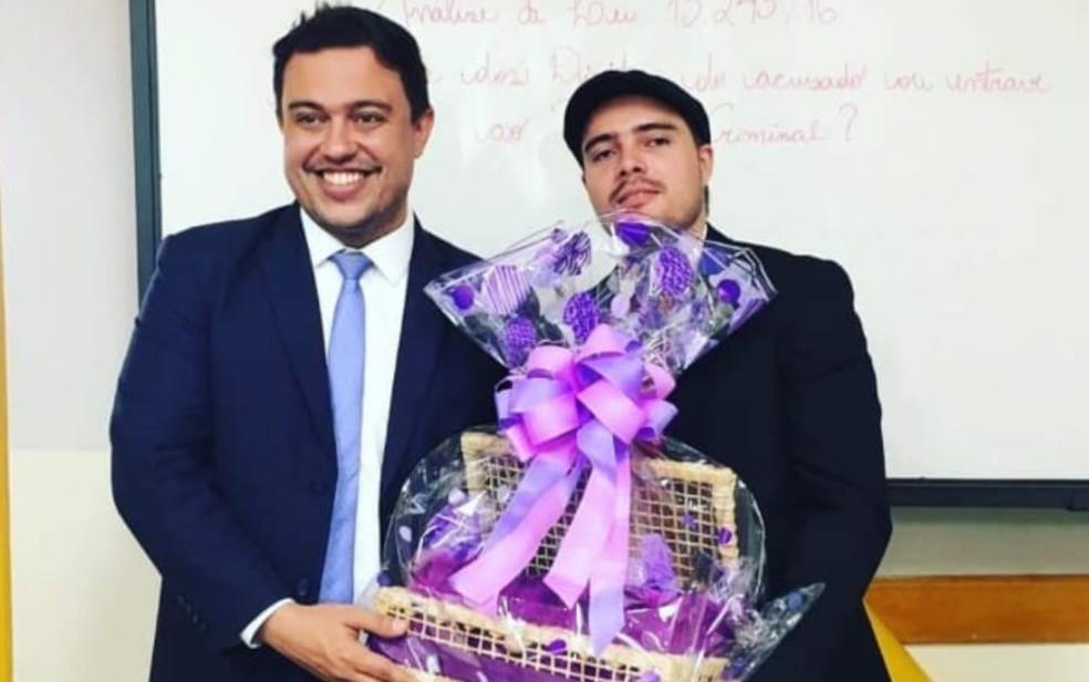 João Cláudio e o professor Frederico Alves na aprovação do TCC do estudante, em Goiânia, Goiás — Foto: Angelita Magna/Arquivo pessoal