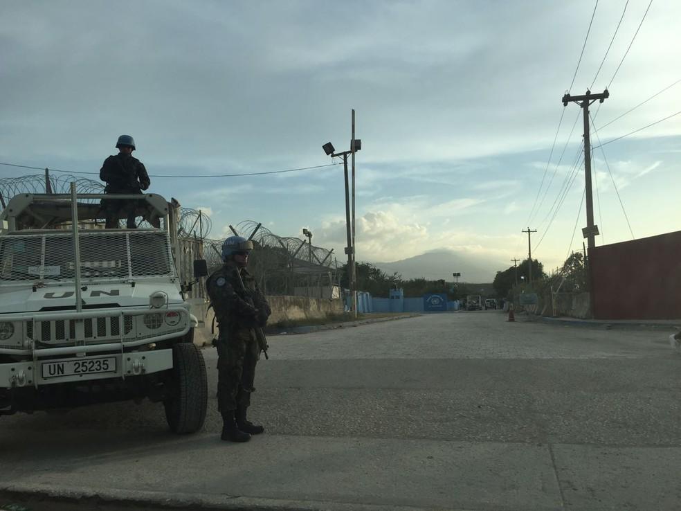 Soldados fazem segurança de base em Porto Príncipe, no Haiti (Foto: Tahiane Stochero/G1)