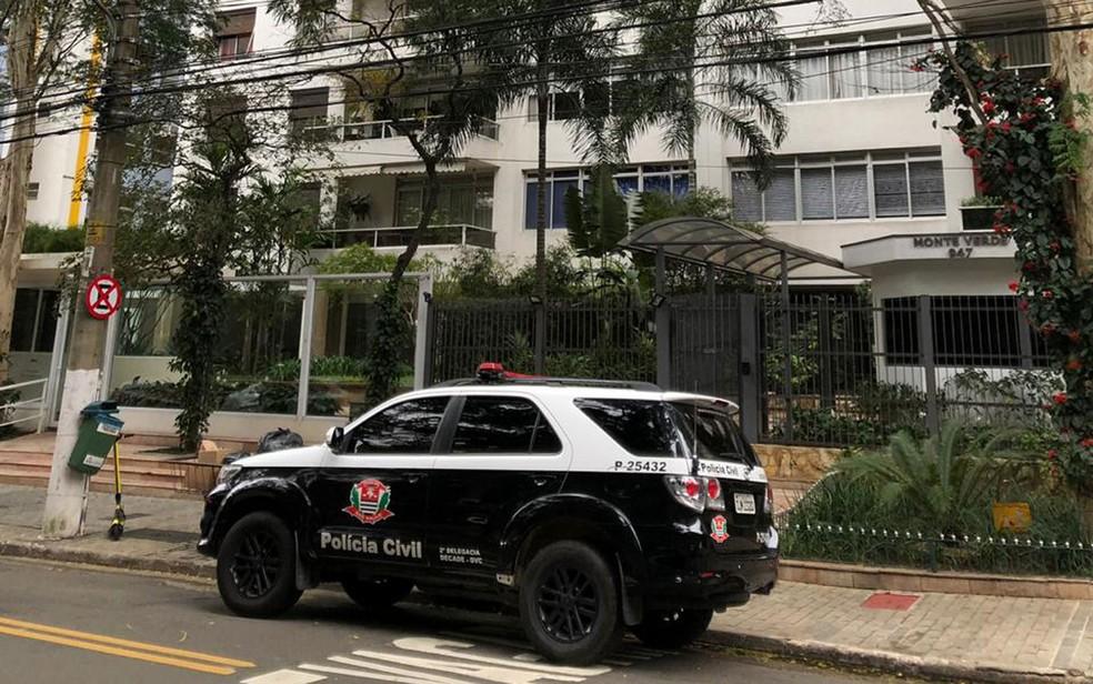 Polícia em frente ao prédio de Roger Abdelmassih — Foto: TV Globo/Reprodução
