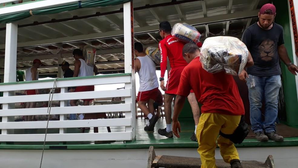 Defesa Civil de Porto Velho embarcou 200 cestas básicas com destino ao distrito de Nazaré.  — Foto: Pedro Bentes/G1