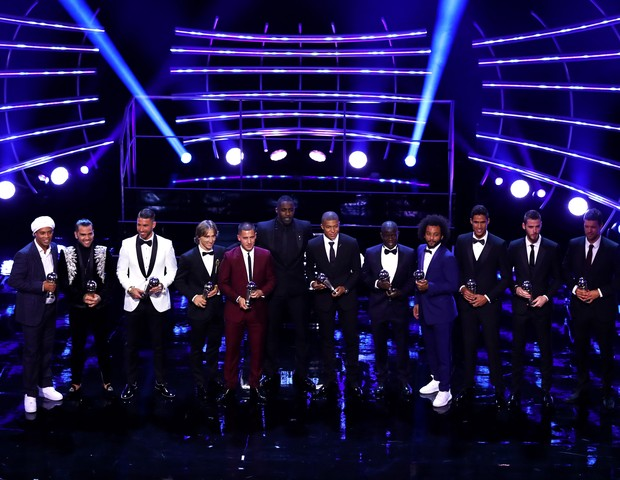 LONDON, ENGLAND - SEPTEMBER 24:  The FIFA FIFPro World 11 pose for a photo on stage during the The Best FIFA Football Awards Show at Royal Festival Hall on September 24, 2018 in London, England.  (Photo by Dan Istitene/Getty Images) (Foto: Getty Images)
