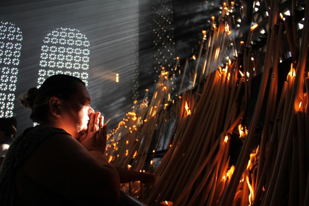 Fiéis fazem suas orações na Sala das Velas (Foto: Carlos Santos/G1)