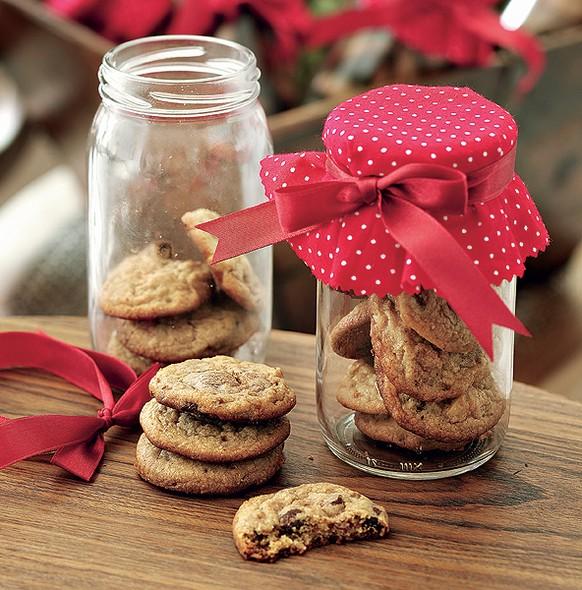 Um pote reaproveitado, um pedaço de tecido estampado, uma fita e alguns biscoitos viram um presente para nenhum convidado colocar defeito