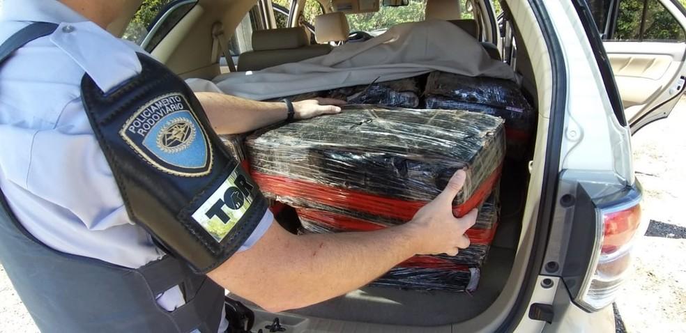 Droga foi apreendida em veículo em Quadra (SP) — Foto: Polícia Militar Rodoviária/Divulgação