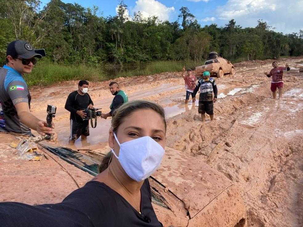 Daniela Branches durante reportagem na BR-319 — Foto: Arquivo Pessoal