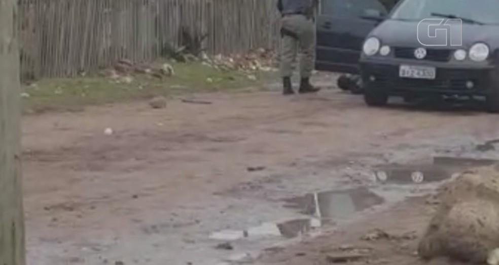 Homem cai no chão após policial atirar contra a perna dele (Foto: Reprodução/Imagens da internet)