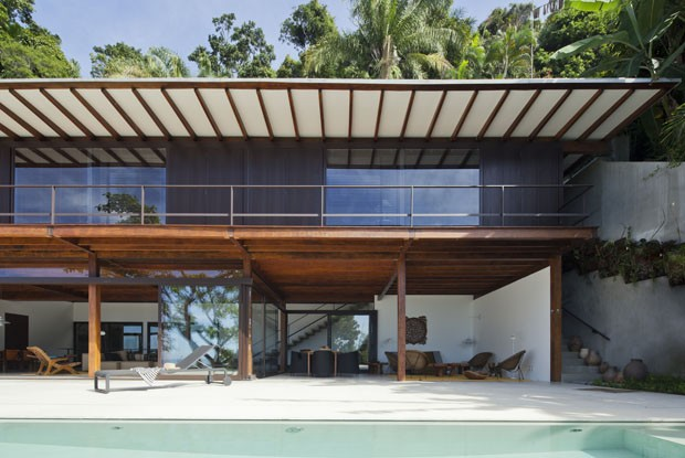Uma casa integrada à paisagem da Mata Atlântica (Foto: Divulgação)