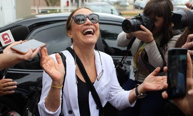 A atriz Regina Duarte, com o sorriso que é sua marca registrada, busca saber qual será sua autonomia na Cultura