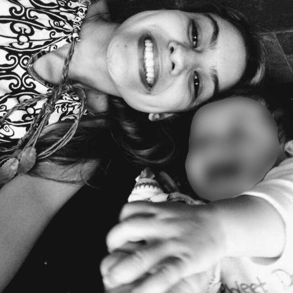 Taina Queiroz ao lado da filha de 8 meses — Foto: Arquivo Pessoal/Raul Kennedy da Silva