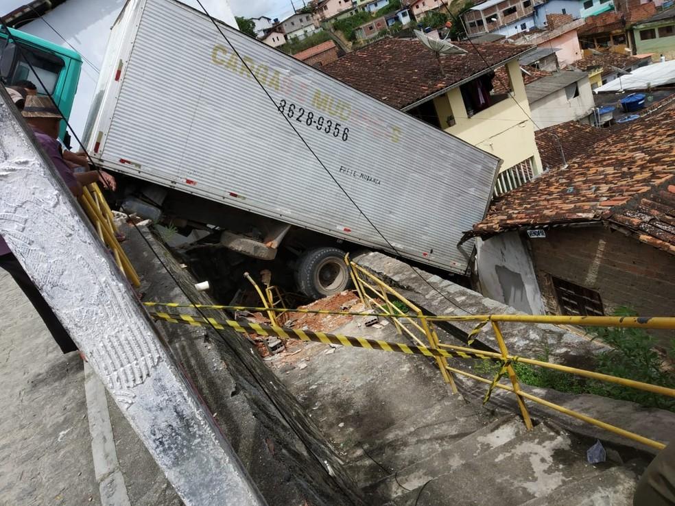 Área do acidente com caminhão no Cabo de Santo Agostinho foi isolada pela Defesa Civil do município — Foto: Defesa Civil do Cabo de Santo Agostinho/Divulgação