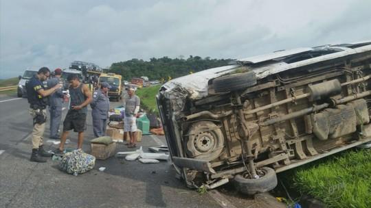 Van lotada capota e deixa feridos na rodovia Fernão Dias em MG