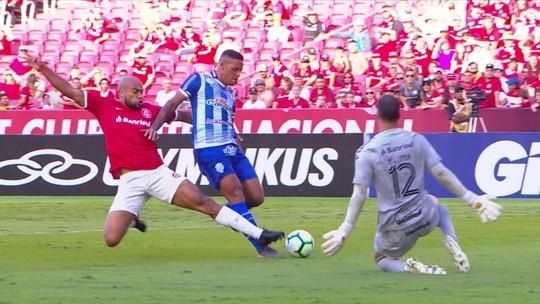 Moledo sente problema muscular e preocupa Inter; Zeca recebe 3º amarelo e não pega o Santos
