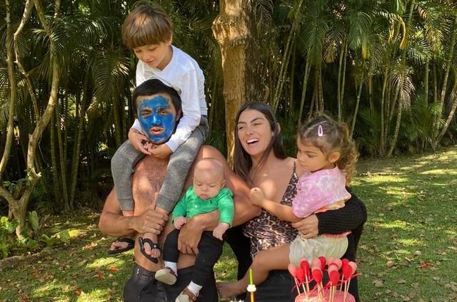 Felipe Simas com a mulher, Mariana Uhlmann, e os filhos Joaquim, Maria e Vicente (Foto: Arquivo pessoal)