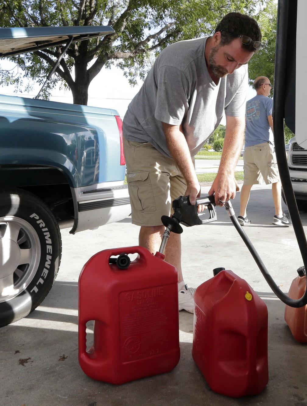 Na Flórida, homem estoca combustível diante da possível chegada do furacão Irma  (Foto: AP Photo/Alan Diaz)