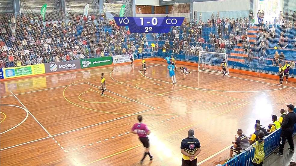 Após muita pressão, Rodriguinho, na ala esquerda acertou um belo chute e empatou para o Coxim, contra o Vô Maria, a final da Copa Morena — Foto: Reprodução/TV Morena